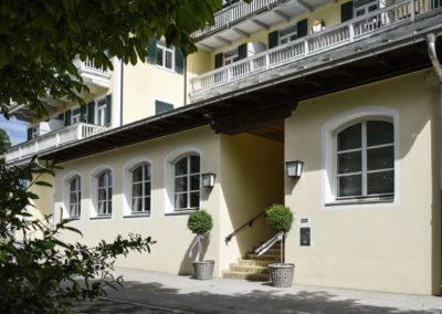 Eingang zum Neureuthersaal in Gmund am Tegernsee